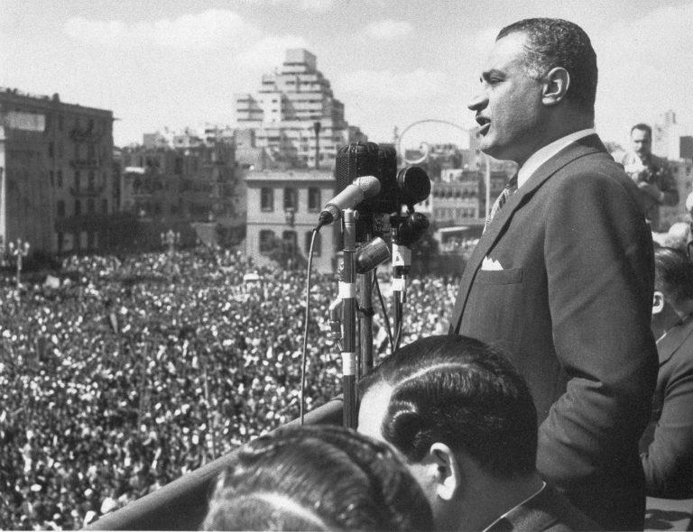 Гамаль Абдель Насер обращается к толпе, собравшейся на площади в Каире. 22 февраля 1958
