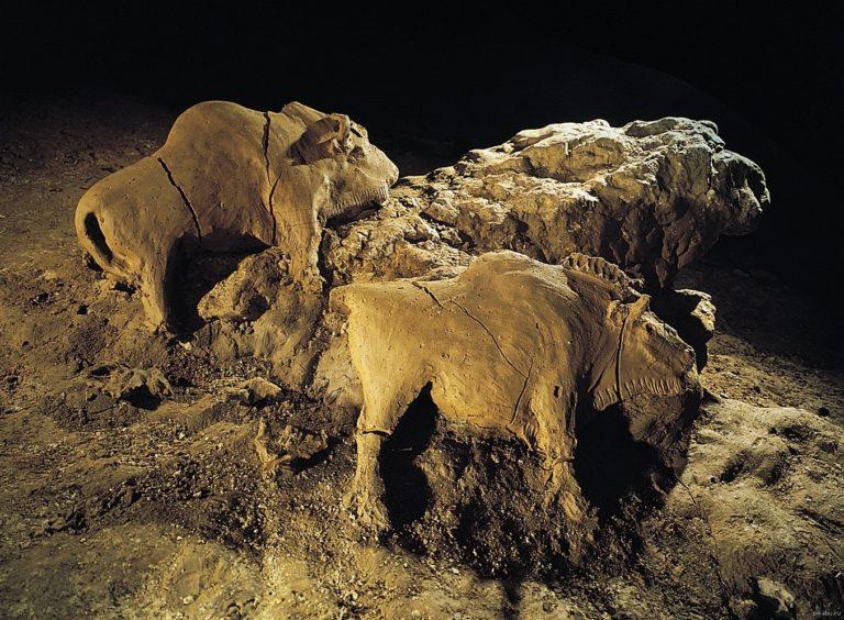 Глиняные бизоны из пещеры Тюк д`Одубер, Франция