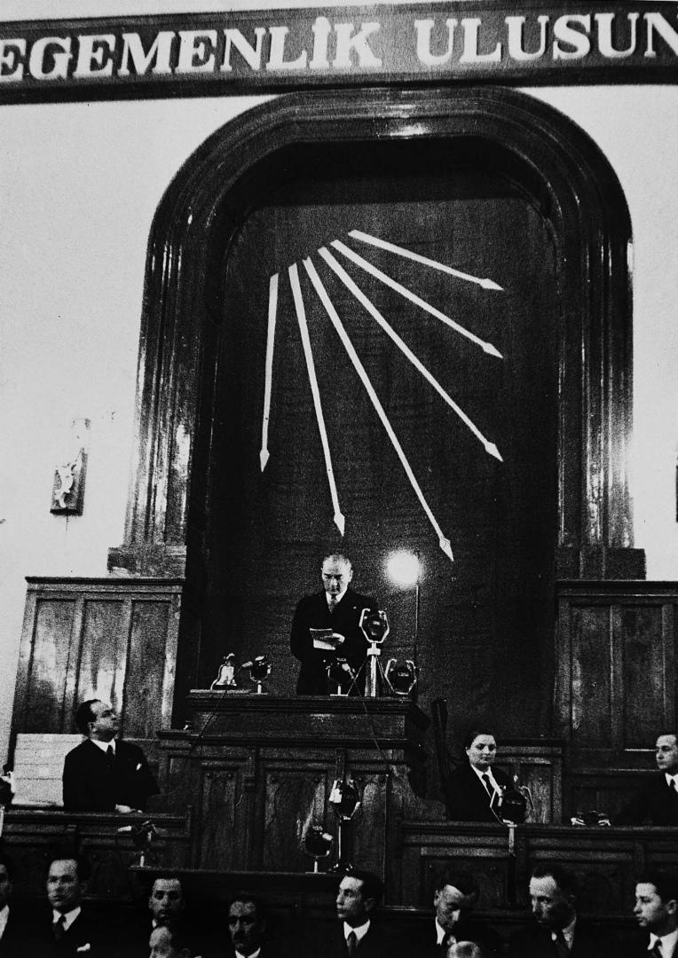 Мустафа Кемаль Ататюрк выступает перед депутатами меджлиса