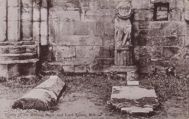 Предполагаема могила и статуя Михаила Скота в аббатстве Мелроуз, Шотландия
