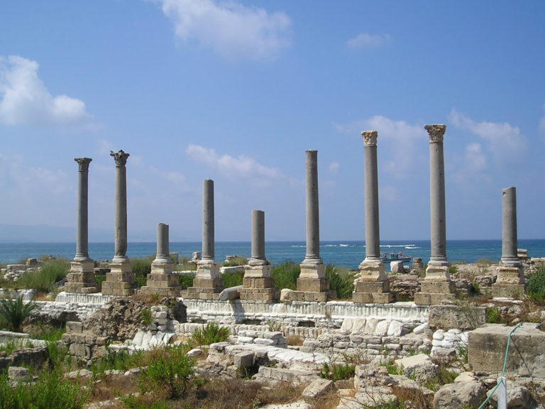 Руины античной коллонады в современном Тире, Ливан