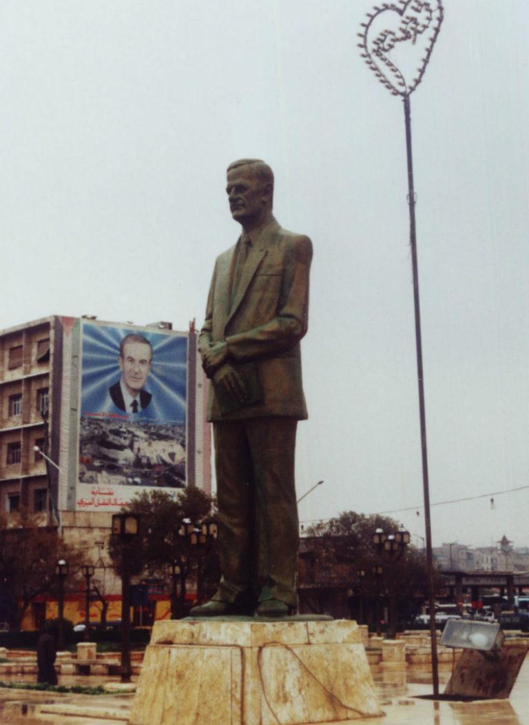 Статуя Хафеза аль-Асада на площади в Алеппо