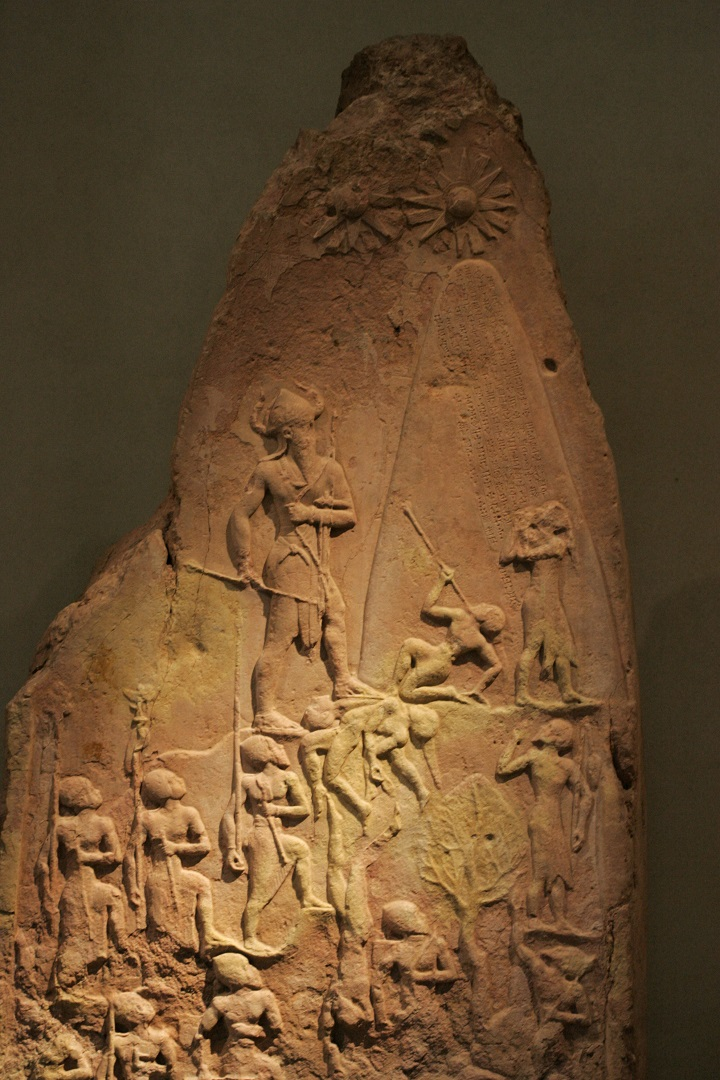Стела, описывающая победу Нарам-Суэна над луллубеями. Ок. 2300 до н.э.