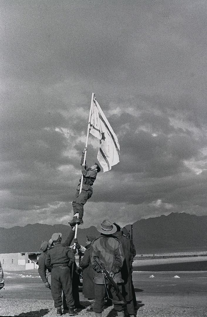 Водружение «чернильного флага» в Эйлате, ознаменовавшее окончание арабско-израильской войны. 1949