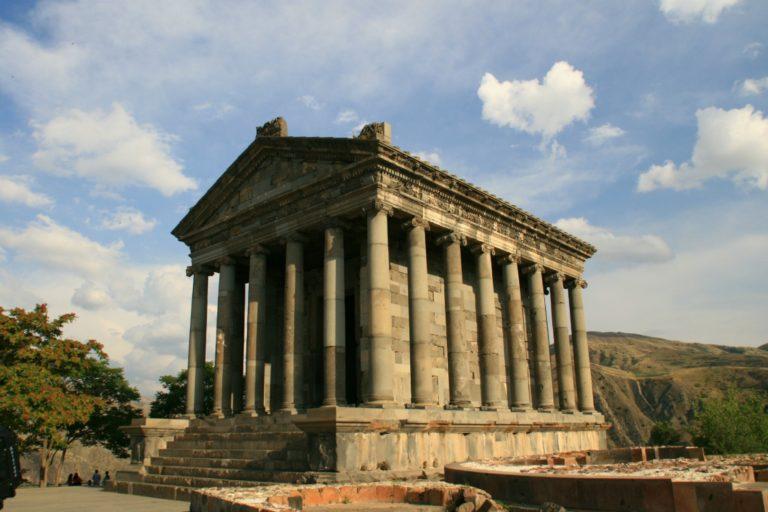 Языческий храм в Гарни. I в. н.э., восстановлен в 1976 г.
