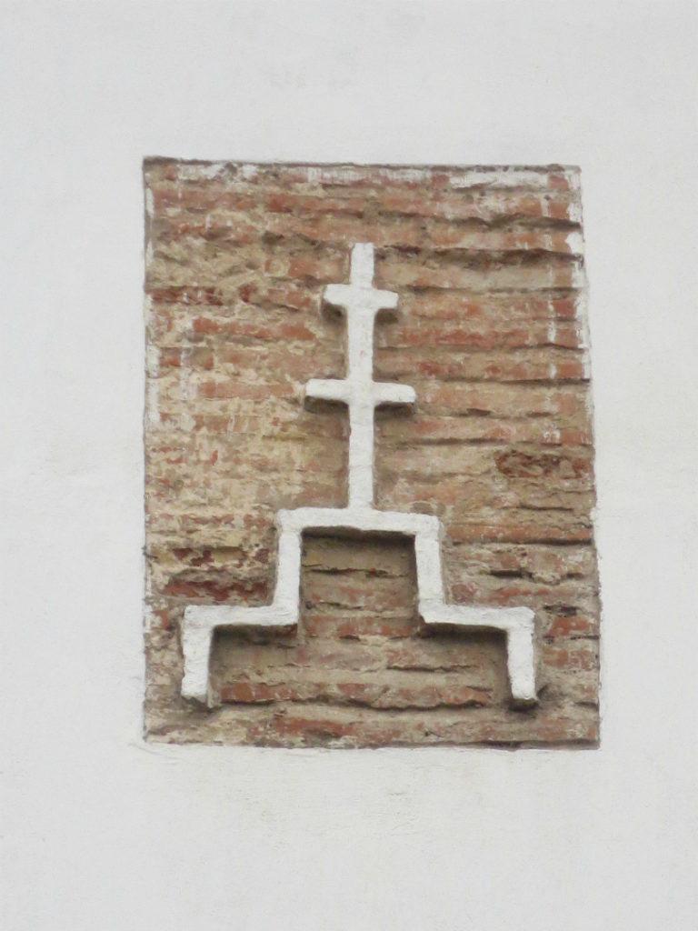 Декоративный голгофский крест на фасаде церкви Иоанна Богослова