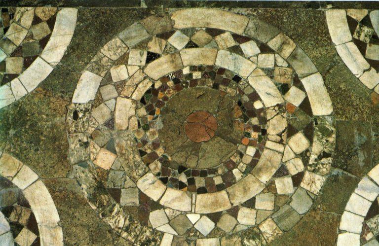 Фрагмент напольной мозаики Десятинной церкви в Киеве. X в.