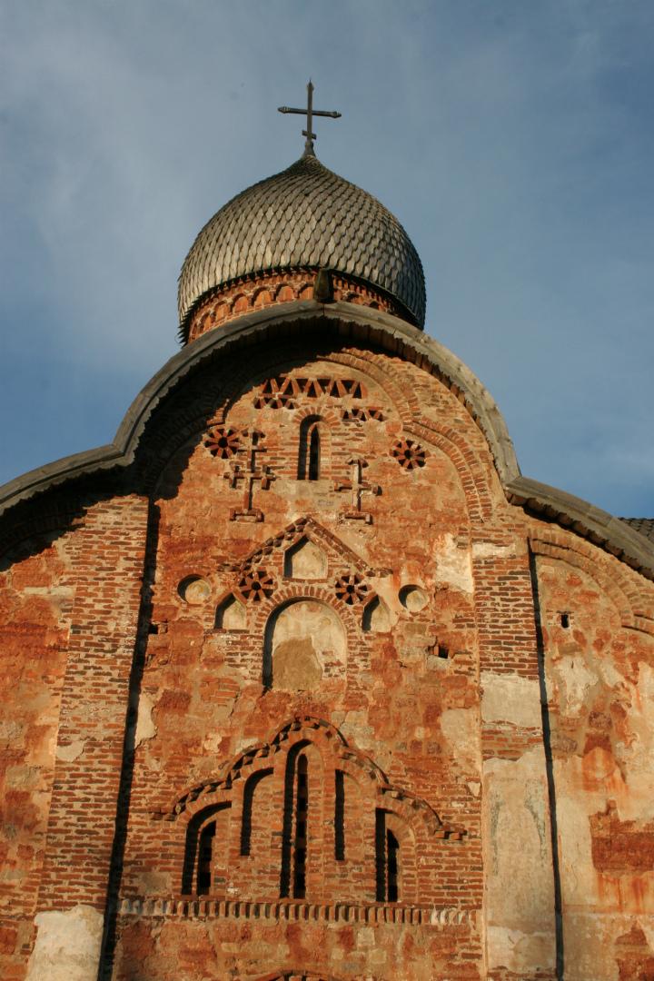 Фрагмент западного фасада храма Петра и Павла в Кожевниках