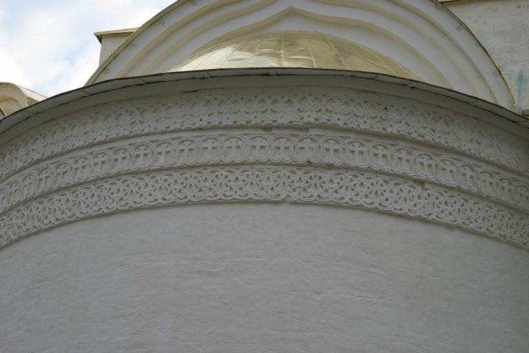 Керамический пояс на апсиде Троицкого собора
