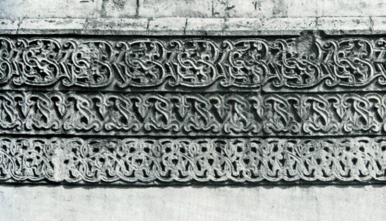 Керамический пояс на фасаде Успенского собора на Городке