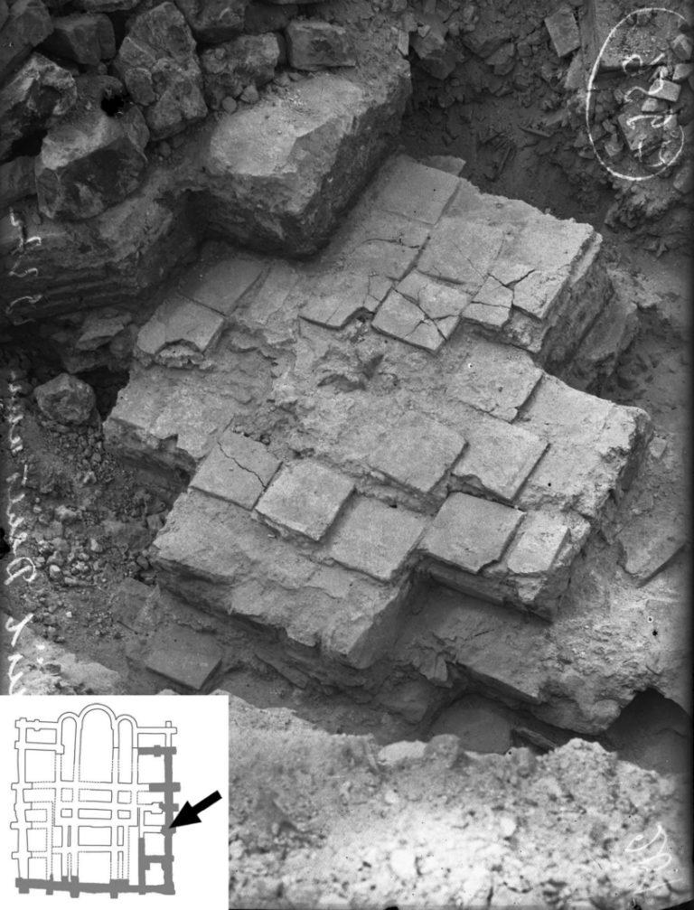 Крестчатые столпы Десятинной церкви в Киеве, обнаруженные при раскопках