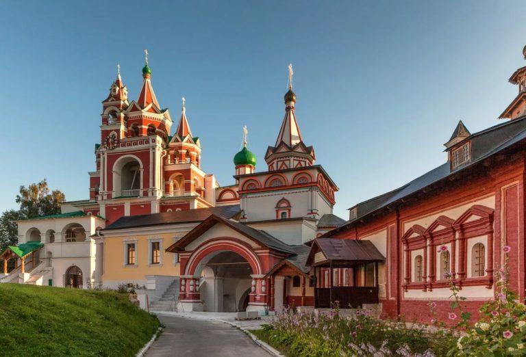 Надвратная Троицкая церковь. 1651. Звонница и Царицыны палаты. 1652–1654