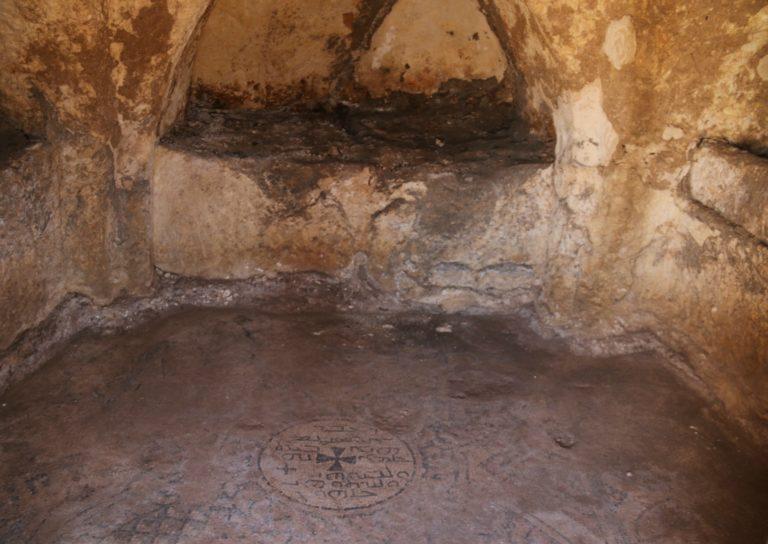 Напольная мозаика с изображением креста в гробнице царя Авгара V. I в.