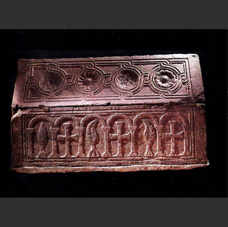 Саркофаг, обнаруженный при раскопках Десятинной церкви в Киеве. X–XI вв.