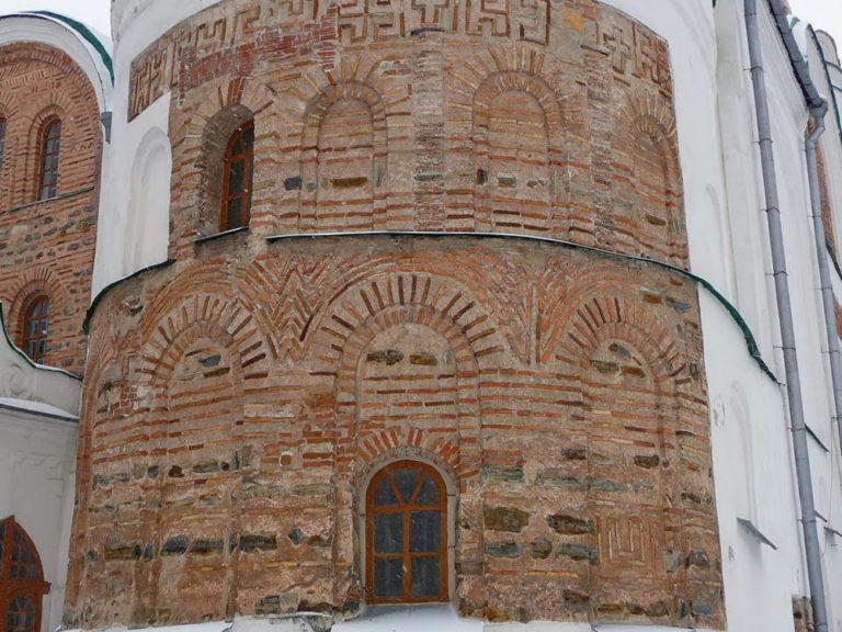 Сложнопрофилированные двухступенчатые ниши Спасо-Преображенского собора в Чернигове. XI в.