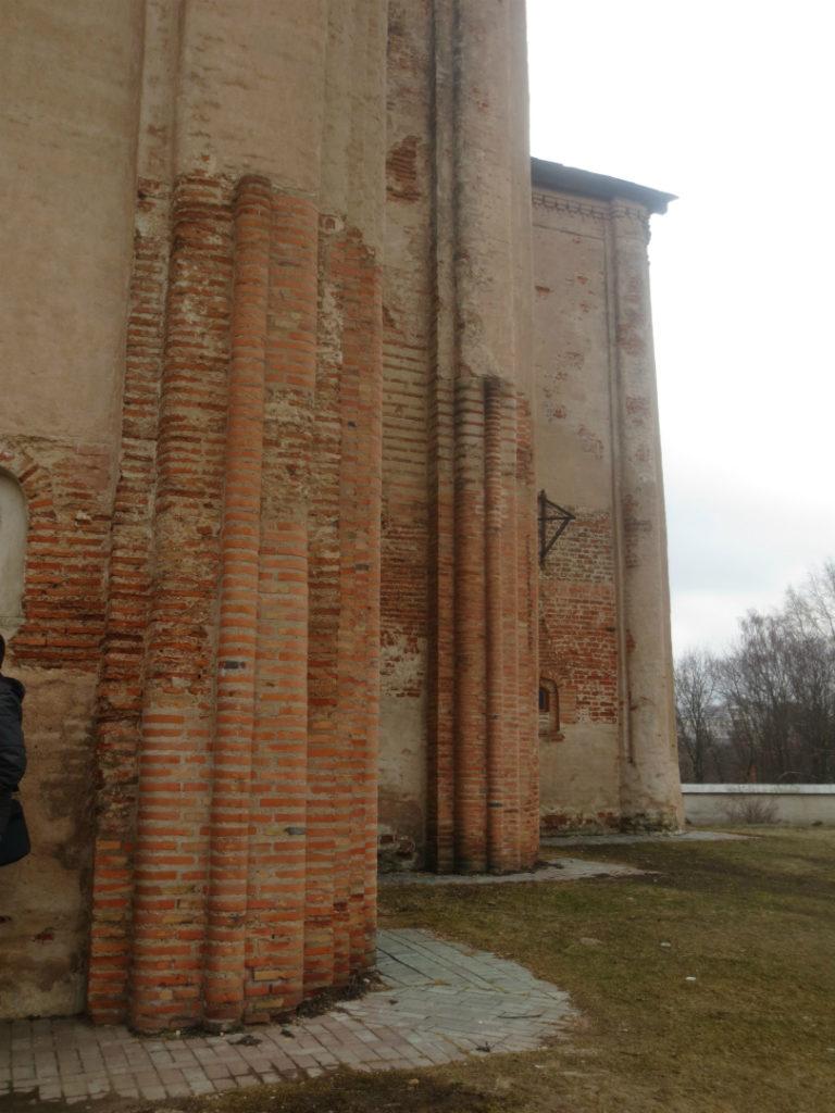 Сложные пучковые пилястры на фасаде церкви Михаила Архангела