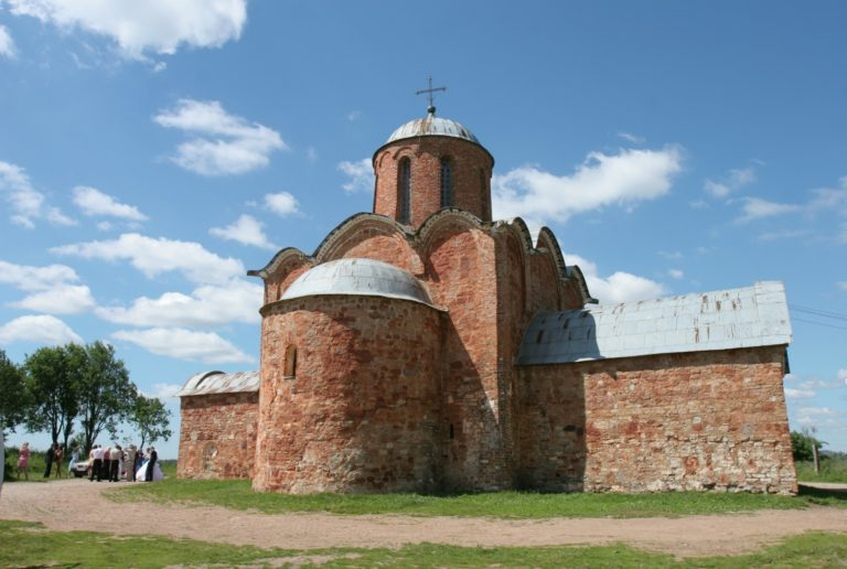Восточный фасад храма Спаса Преображения на Ковалёве