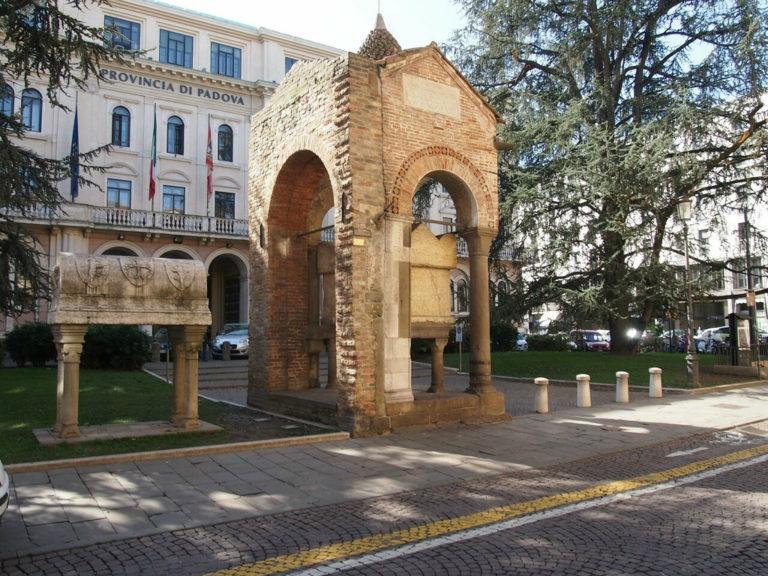 «Гробница Антенора» (слева – саркофаг поэта Ловато де Ловати). 1283