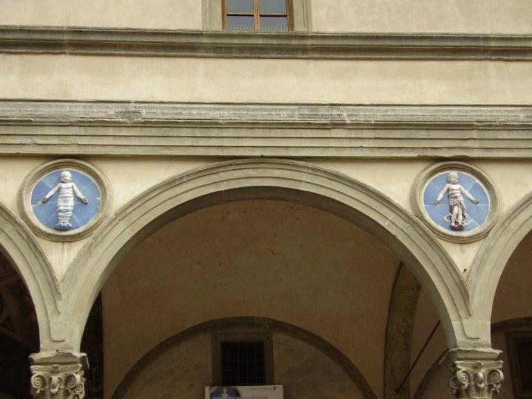 Медальоны на фасаде Воспитательного дома. Ок. 1490