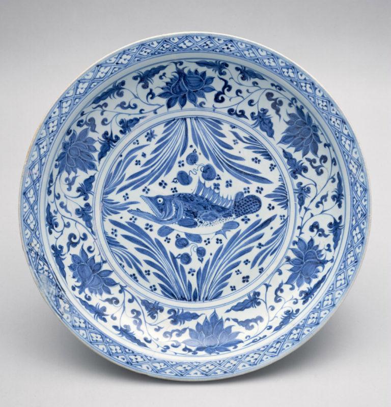 Фарфоровое блюдо с изображением карпа. Династия Юань (1271–1368). Сер. XIV в.