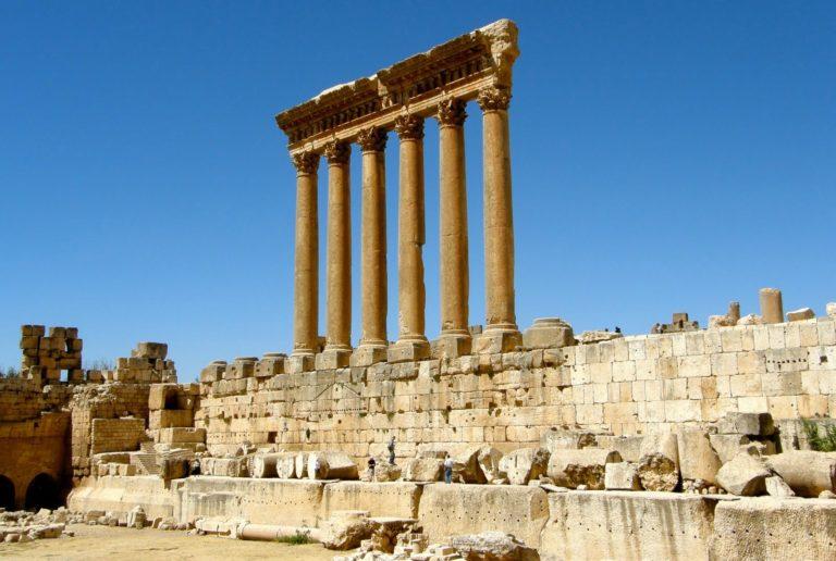 Камни ограждения вдоль южной стены храма Юпитера