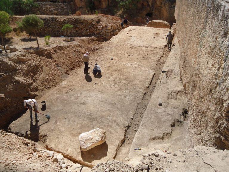 Крупнейший из обнаруженных неперемещённых монолитов Баальбека