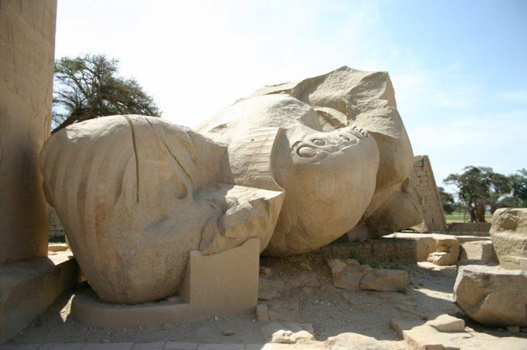 Остатки статуи Рамзеса II