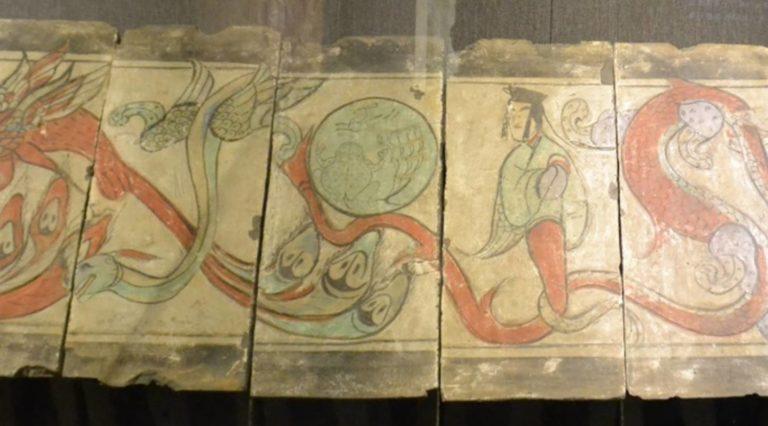 Первопредок Фуси и луна с изображениями лунного зайца и жабы. Центральная часть живописного фриза. Западная Хань (206 до н.э. – 9 н.э.)