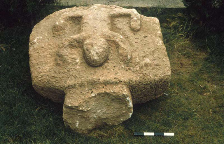 Плита с рельефом животного, найденная К. Шмидтом при раскопках Гёбекли-Тепе