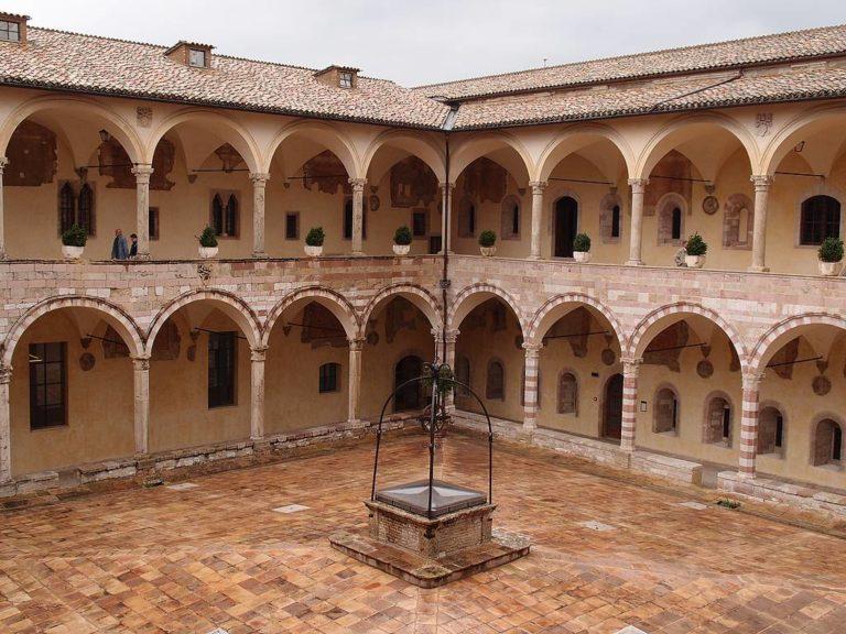 Внутренний дворик церкви Сан-Франческо, Ассизи