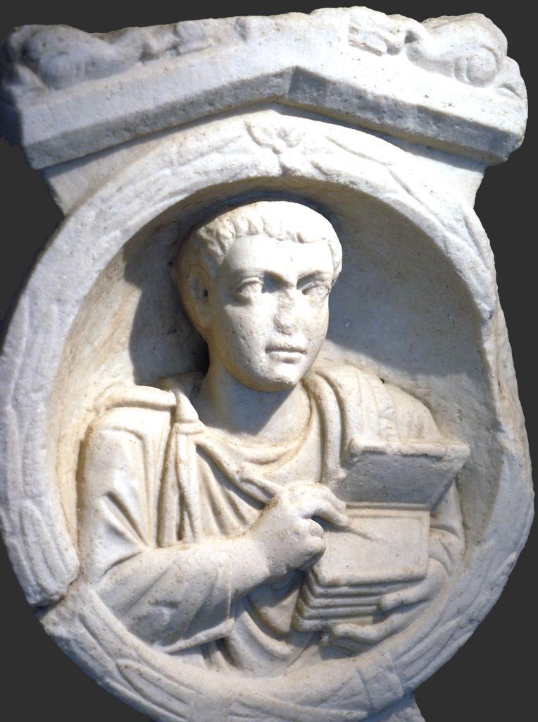 Барельеф из римской гробницы с изображением писца, держащего кодекс и стилос