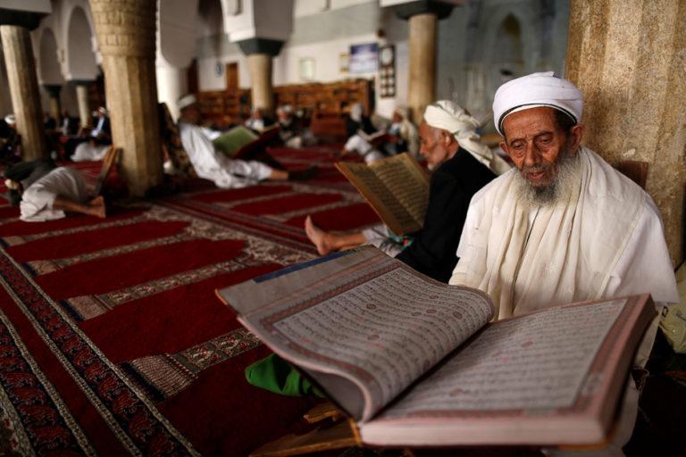 Чтение Корана в мечети
