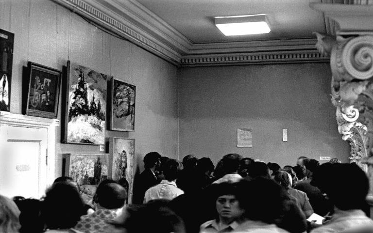 Экспозиция группы «Волосы» на выставке в ДК ВДНХ после изъятия картин. 1975