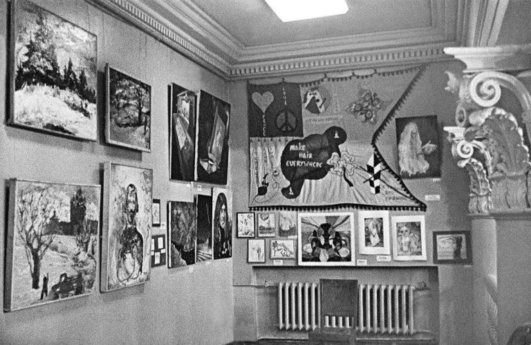 Экспозиция группы «Волосы» на выставке в ДК ВДНХ. 1975