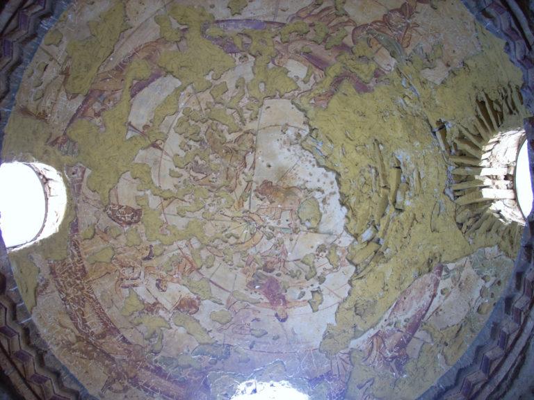 Фреска с зодиакальными знаками на своде купола банной залы