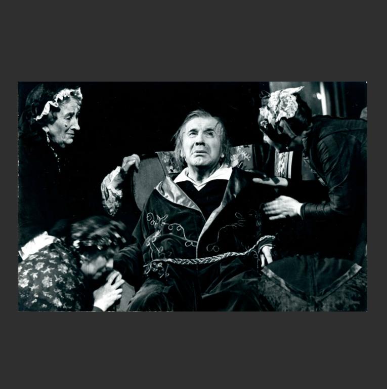 Игорь Ильинский в роли Фомы Опискина. Сцена из спектакля «Село Степанчиково и его обитатели». 1957