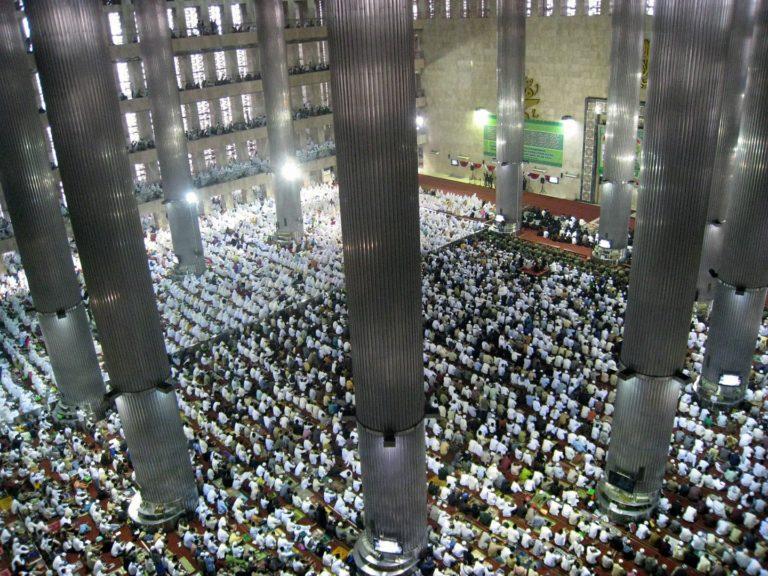 Индонезийские мусульмане на празднике разговения в мечети Истикляль, Джакарта