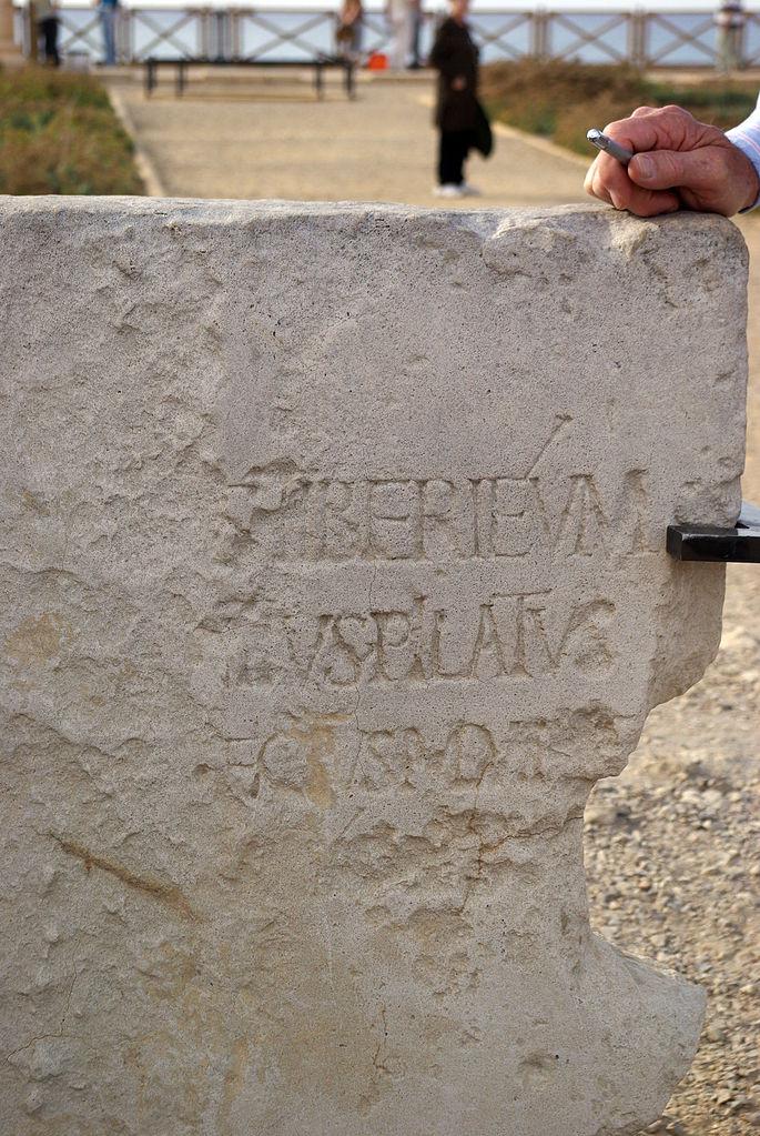 Известковая плита с латинской надписью «Понтий Пилат, префект Иудеи, представлял Тиберия кесарийцам». I в. н.э.