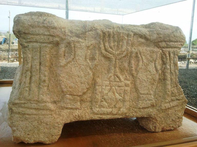«Магдальский камень» – каменный блок с символами иудаизма, обнаруженный при раскопках синагоги в Магдале