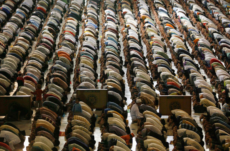 Молитва мусульман накануне первого дня Рамадана