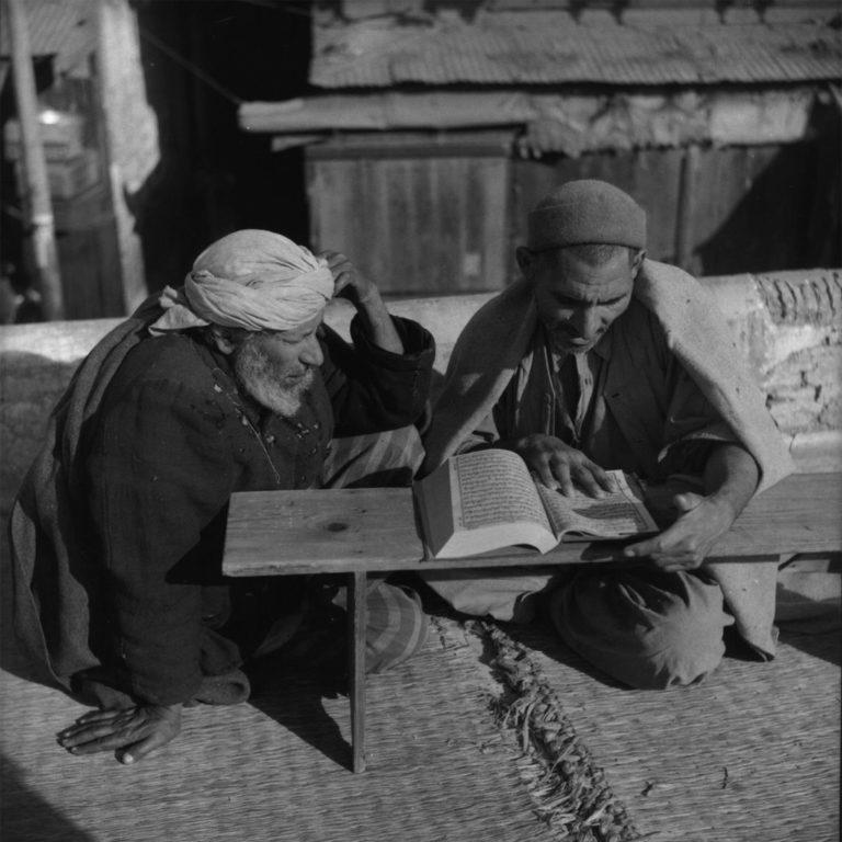 Муллы за чтением Корана во дворе Золотой мечети. 1955