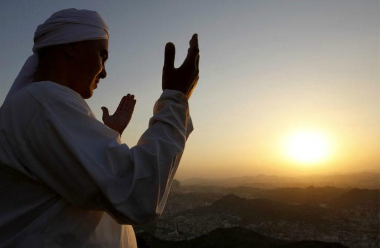 Мусульманин, воздевающий руки к небу в обращении к Богу