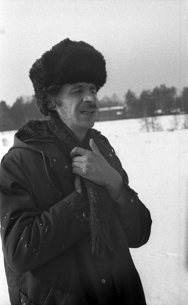 Николай Панитков (род. 1952), участник акции «Глядя на водопад» группы «Коллективные действия». 1980