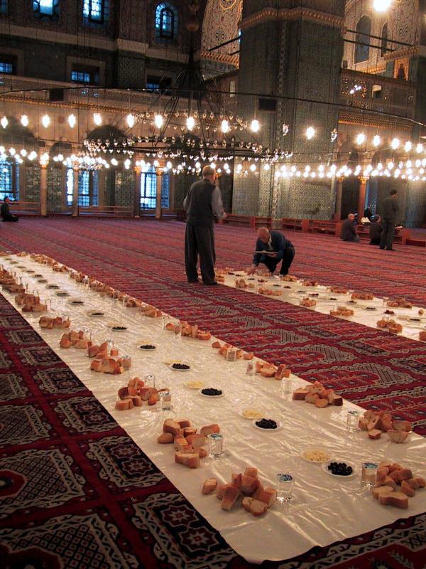 Подготовка к ифтару в Новой Мечети, Стамбул