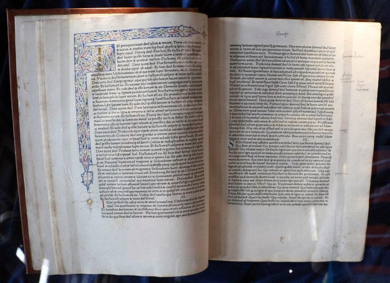Разворот первого римского издания Вульгаты, напечатанного Арнольдом Паннарцем и Конрадом Свейнхеймом. 1472
