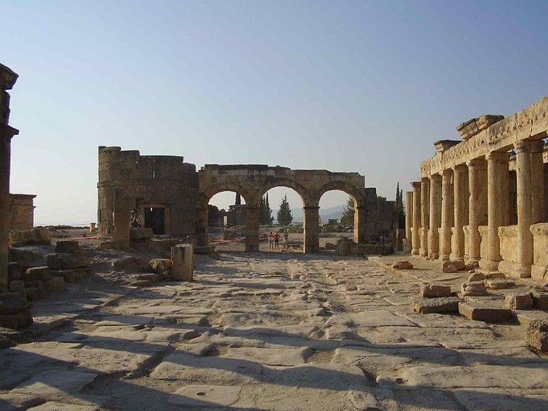 Руины древнего Иераполя (совр. Памуккале), Турция