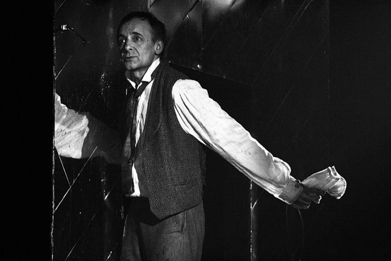 В. Дьяченко в роли Макара Девушкина. Сцена из спектакля «Бедные люди». 2007