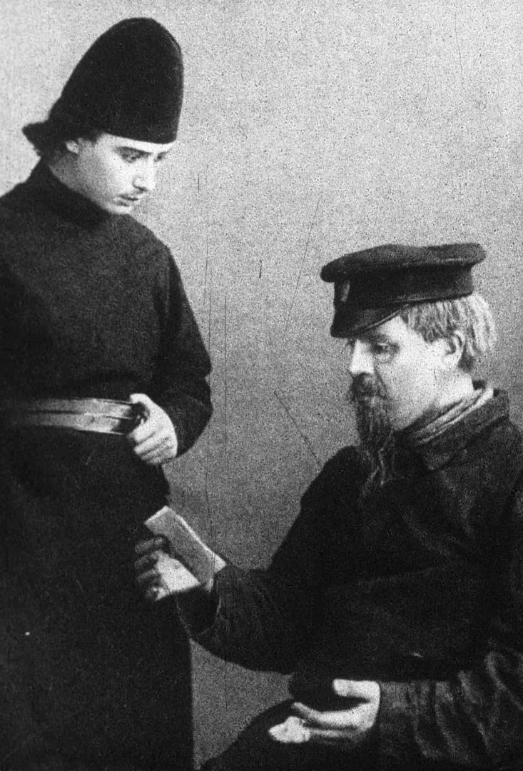В. В. Готовцев в роли Алеши Карамазова и И. М. Москвин в роли Снегирева. 1910