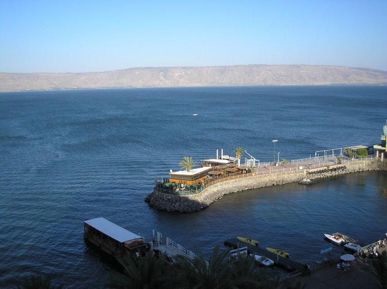 Вид на Галилейское озеро из старого города Тивериады