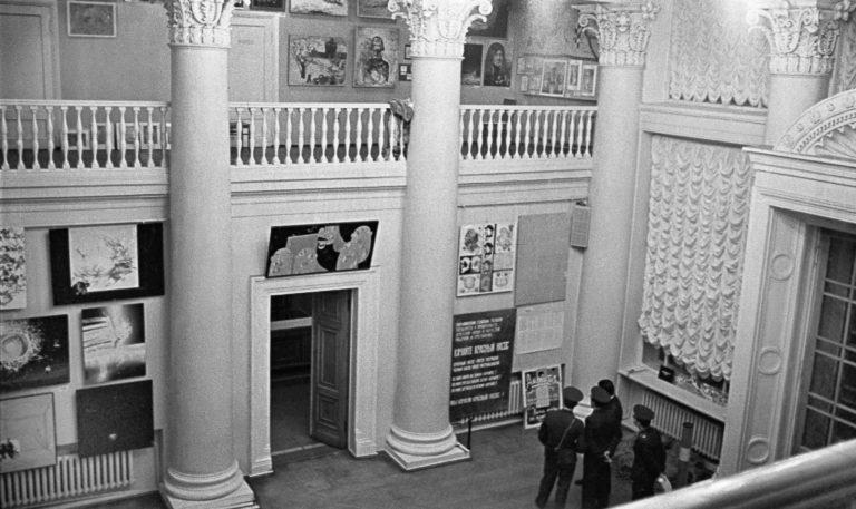 Выставка в ДК ВДНХ. Группа милиционеров. 1975